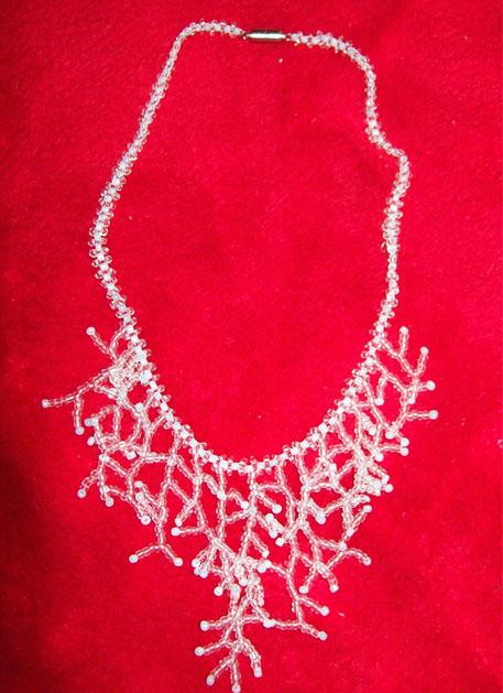 03 - Ожерелье Коралл: белый, прозрачный бисер, мононить.  Цена 800р.